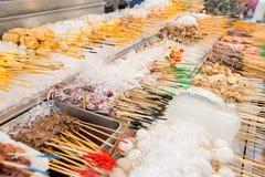 Satay pinnar på is som är klar för val och matlagning på en gatamat, stannar Arkivfoto
