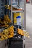 Satay-Stockkochen lizenzfreie stockfotografie