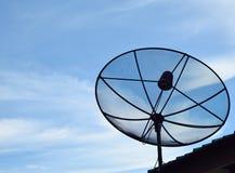 satelitą jest narożnikowy naczyń dom instalującym Zdjęcie Royalty Free