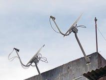 satelitą jest narożnikowy naczyń dom instalującym Obrazy Royalty Free