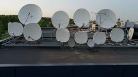 Satelit naczynia transmituje cyfrowej telewizji transmisj? i otrzymywa sygnalizuj? Powietrzny trutnia materia? filmowy zbiory wideo