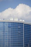 Satelita talerze na budynku Fotografia Stock