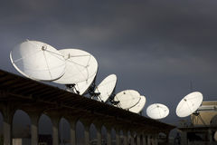 Satelitarnego odbiorcy naczynia Uwydatniają komunikację i technologię Zdjęcie Stock