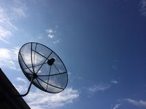 Satelitarny dysk na dachu Zdjęcia Royalty Free