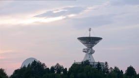 Satelitarny szyk przy centrum Astronautyczna komunikacja z latającymi ptakami zdjęcie wideo