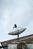 Satelitte auf dem Dach Stockfoto