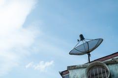 Satelitte auf dem Dach Stockfotos