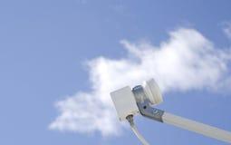 Satelitte LNB gegen Himmel Lizenzfreies Stockfoto