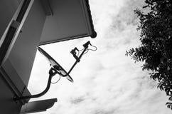 Satelitte wird zur Wand befestigt Lizenzfreie Stockbilder