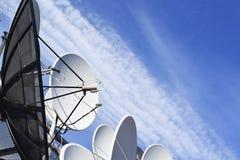 Satelliet antenne-schotel stock foto