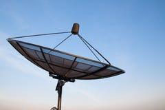 Satelliet de communicatietechnologienetwerk van de schotel blauw hemel stock foto