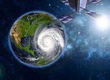 Satelliet die de ontwikkeling van een tropische benaderende orkaan waarnemen royalty-vrije stock afbeeldingen