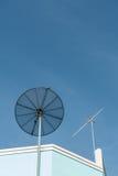 Satelliet en Antennetv Stock Afbeeldingen