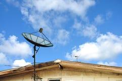 Satelliet op dakhuis Stock Foto's