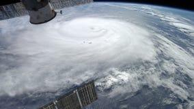 Satelliet over een orkaan stock video