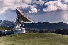 Satelliet post met grote schotel stock fotografie