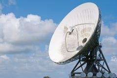 Satelliet schijf een blauwe hemel Stock Afbeelding