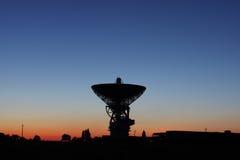 Satelliet schotel bij zonsondergang. Royalty-vrije Stock Fotografie