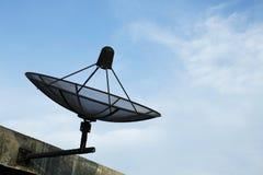 Satelliet schotel in blauwe hemel Stock Fotografie