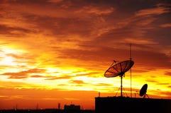 Satelliet schotel in de zonsondergang Royalty-vrije Stock Foto