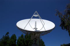 Satelliet Schotel die II benadrukt Royalty-vrije Stock Afbeelding