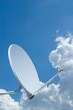 Satelliet Schotel die tegen een blauwe hemel wordt geplaatst Stock Foto