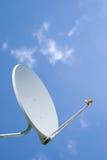 Satelliet Schotel die tegen een blauwe hemel wordt geplaatst Royalty-vrije Stock Afbeelding