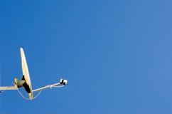 Satelliet schotel en blauwe hemel Stock Fotografie