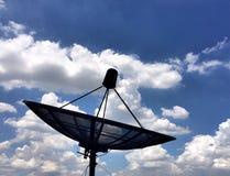 Satelliet schotel en blauwe hemel Royalty-vrije Stock Foto's