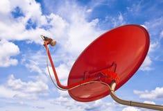 Satelliet schotel met blauwe hemel Royalty-vrije Stock Afbeeldingen