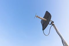 Satelliet schotel met blauwe hemel Royalty-vrije Stock Foto