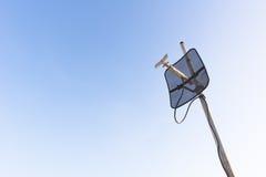 Satelliet schotel met blauwe hemel Stock Afbeelding