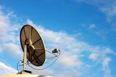 Satelliet schotel op blauwe hemel Royalty-vrije Stock Foto