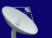 Satelliet schotel op blauwe hemel Stock Afbeeldingen