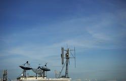 Satelliet schotel op dak Stock Afbeeldingen