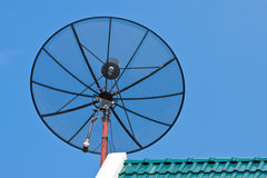 Satelliet Schotel op groene daktegel Stock Afbeelding