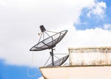 Satelliet schotel op het dak Stock Foto's