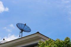 Satelliet schotel op het dak Stock Afbeelding