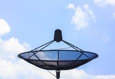 Satelliet schotel op het dak Royalty-vrije Stock Afbeeldingen