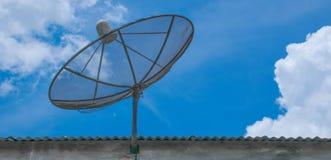 Satelliet schotel op het dak stock afbeeldingen