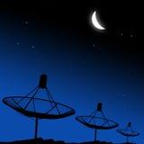 Satelliet schotels met de maan Stock Fotografie