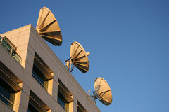 Satelliet schotels op dak Royalty-vrije Stock Fotografie