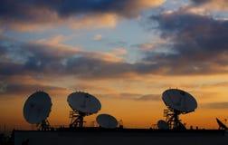 Satelliet Schotels op Dak 2 stock afbeeldingen