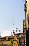 Satelliet schotels op dak royalty-vrije stock afbeelding
