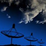 Satelliet schotels op dak met wolk Royalty-vrije Stock Foto