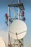 Satellietantenne op dak Stock Foto's
