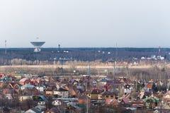 Satellietantenne op het gebied van ruimte communicatie centrum dicht bij woonwijk, Moskou royalty-vrije stock afbeeldingen