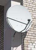 Satellietantenne op muur van de baksteenbouw Stock Fotografie