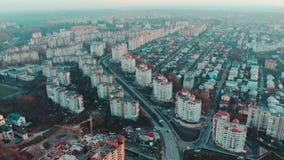 Satellietbeeld aan de stad bij zonsondergang met verkeer en gebouwen, 4k, Ternopil, de Oekraïne stock footage
