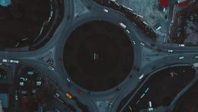 Satellietbeeld aan de wegcirkel met het verkeer van stadsauto's, hoogste mening, Ternopil, de Oekraïne stock videobeelden